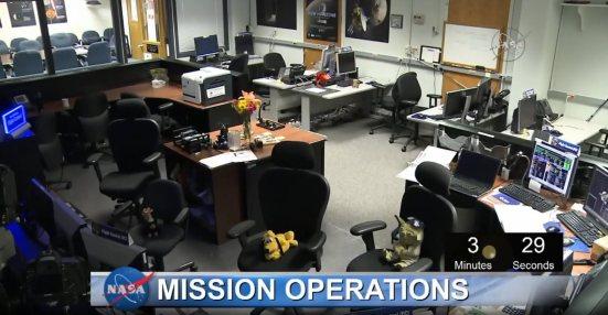 NASAs operasjonssentral tre minutter før forbiflyvning. Hvorfor sitte på kontoret når romroboten din flyr for egen maskin og du kan drikke sjampis med kollegaene dine et annet sted? (Skjermdump fra NASAs webcast 14.7.2015)